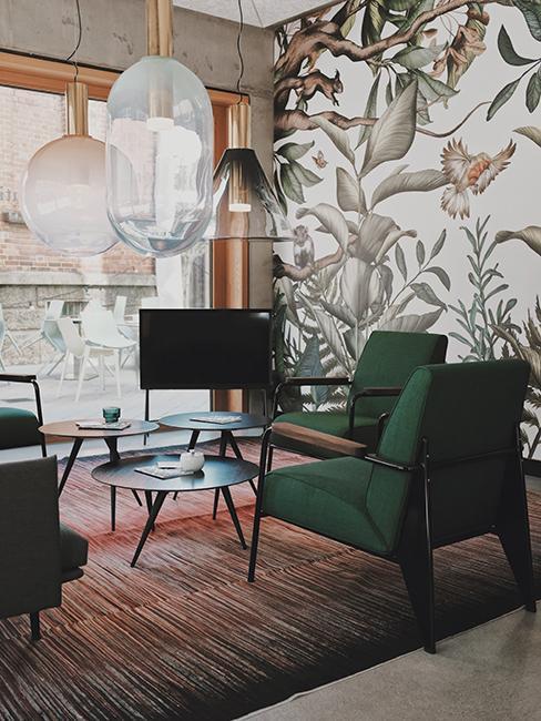 salon avec fauteuil vert et tapisserie végétale