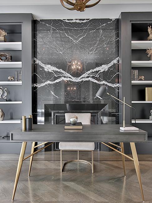 bureau avec mur en marbre et bureau gris et doré