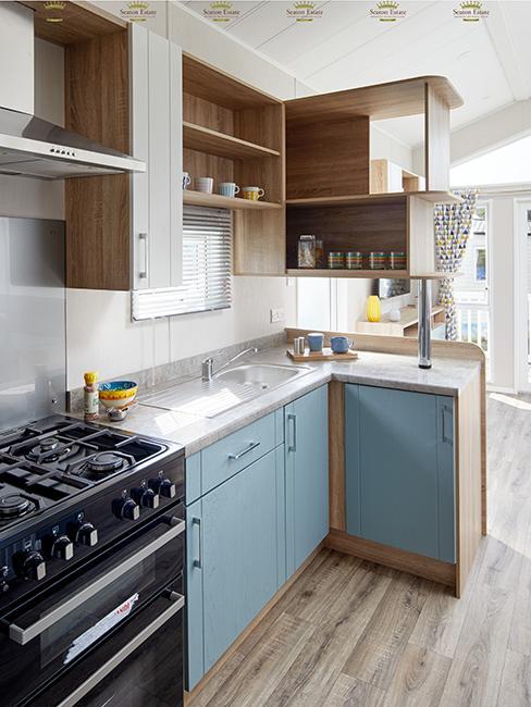cuisine avec meuble en bois et bleu