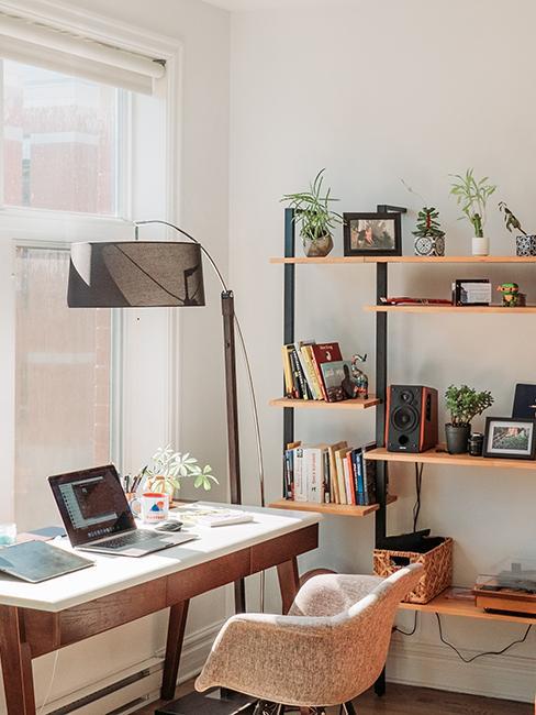 bureau design avec lampadaire et étagère