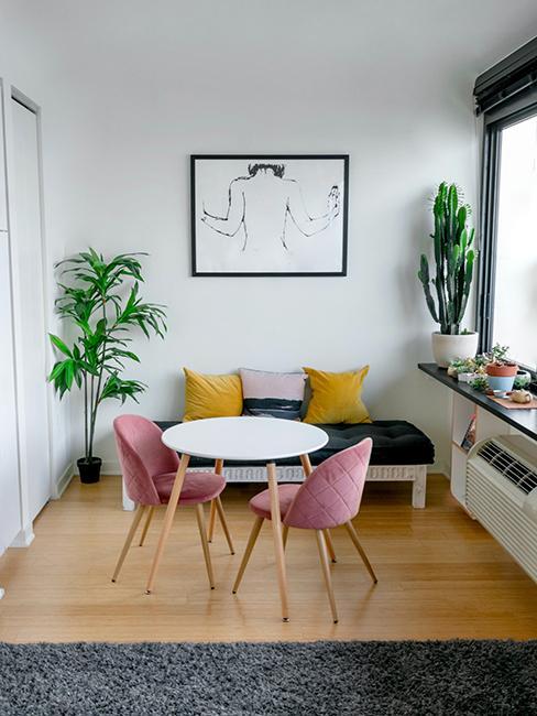 stugio avec table ronde blanche, et chaises roses