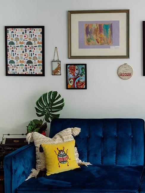salon avec canapé bleu et mur de cadres