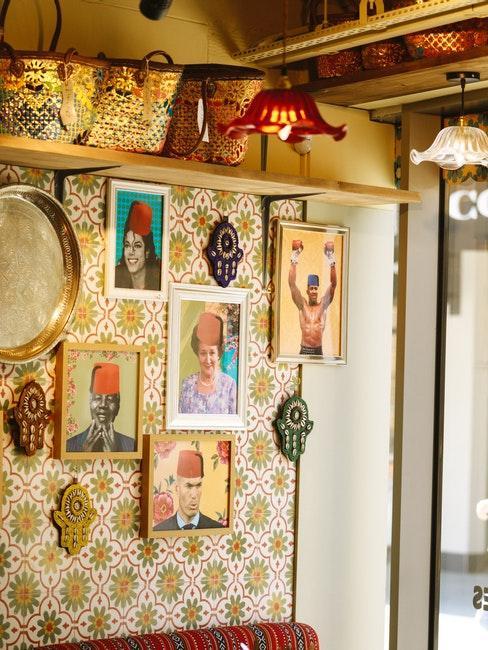 Bar avec papier peint rétro, cadres rétro