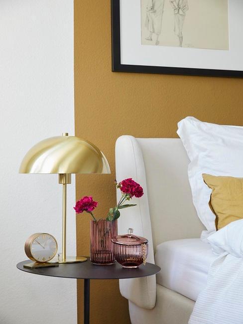 table de chevet avec lampe rétro, tête de lit moderne et mur moutarde