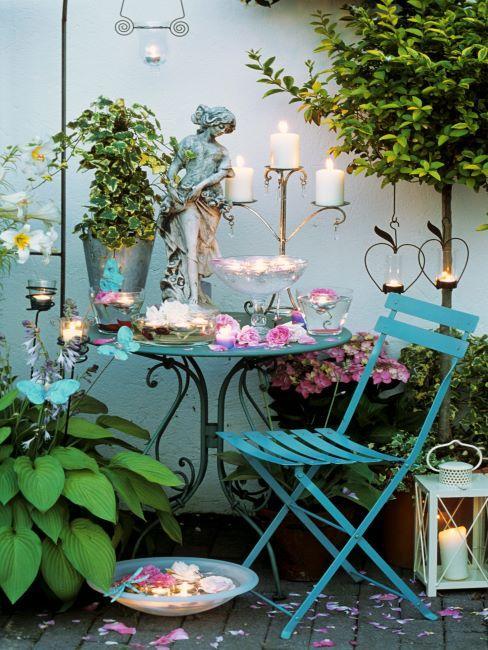 balcon romantique avec mobilier turquoise, bougies, lanternes, plantes suspendues
