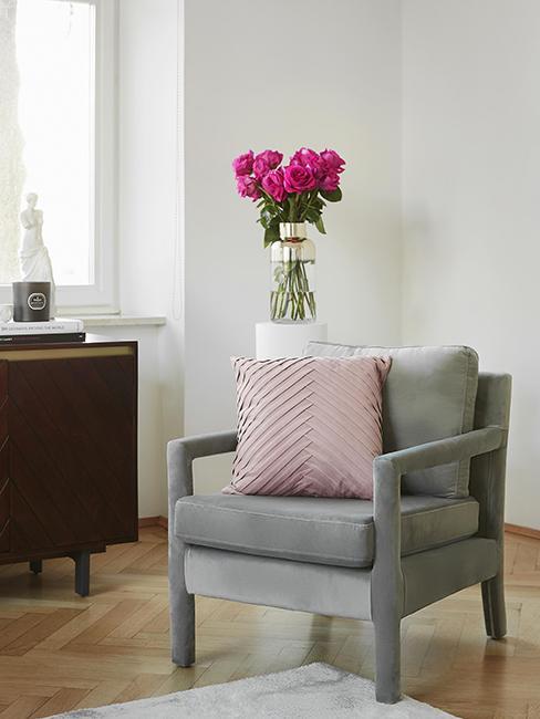 salon avec fauteuil gris et coussin rose en velours