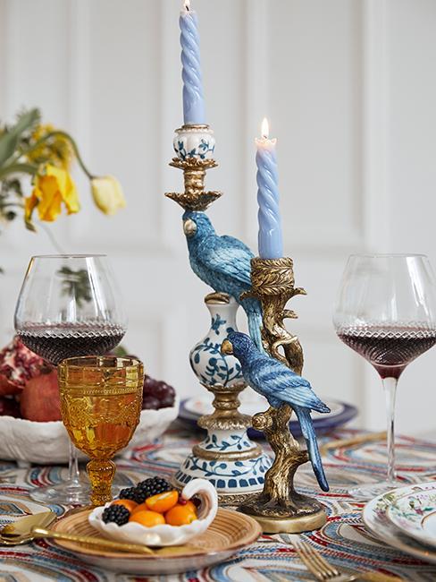 décortion de table vintage avec chandeliers en forme d'oiseau
