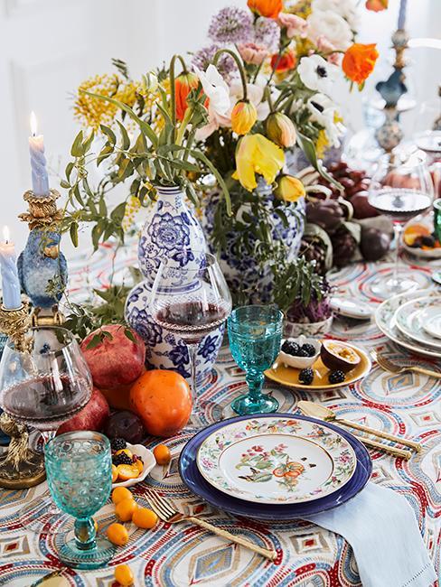 décoration de table avec assiettes vintage et bouquet de fleurs