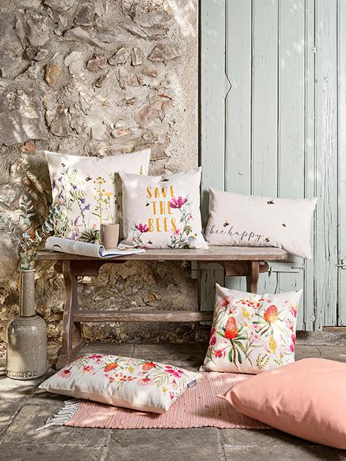 extérieur avec un banc et des coussins avec motif fleurs