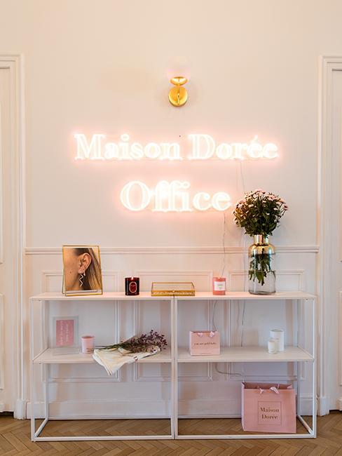Entrée avec néon, bureau Maison dorée @chloebbbb
