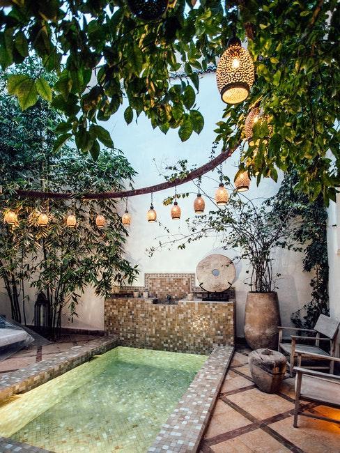piscine ethnique avec lanternes