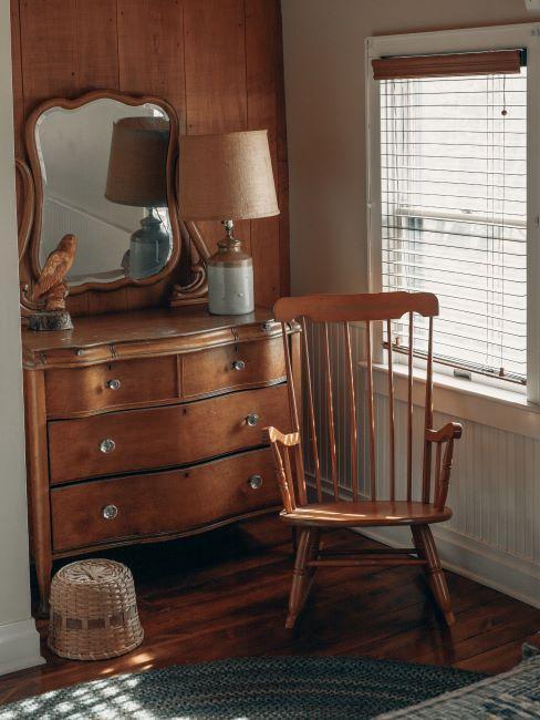 toilette en bois, commode avec miroir, vieille chaise en bois à bascule