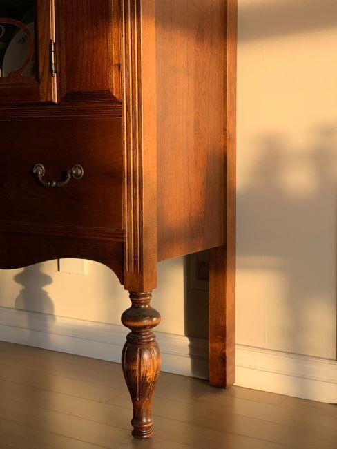 meuble en bois, avec ornements décoratifs