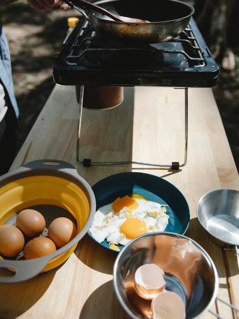 cuisine extérieure sur table en bois
