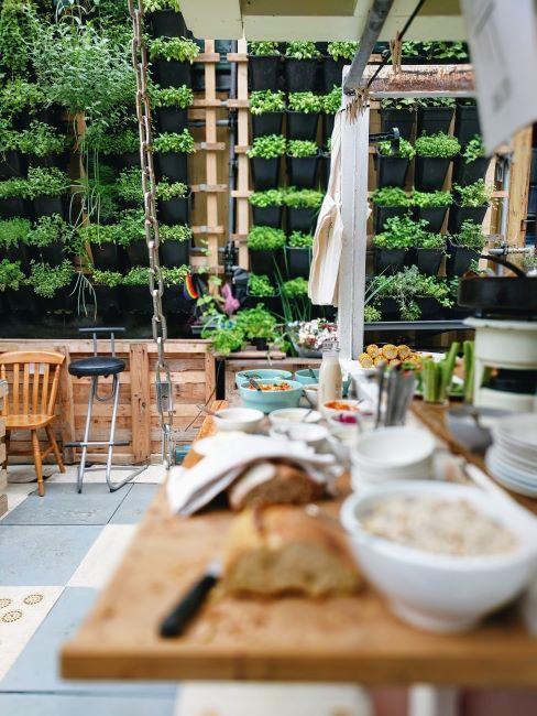 cuisine extérieure avec mur végétal, mobilier en bois et barbecue