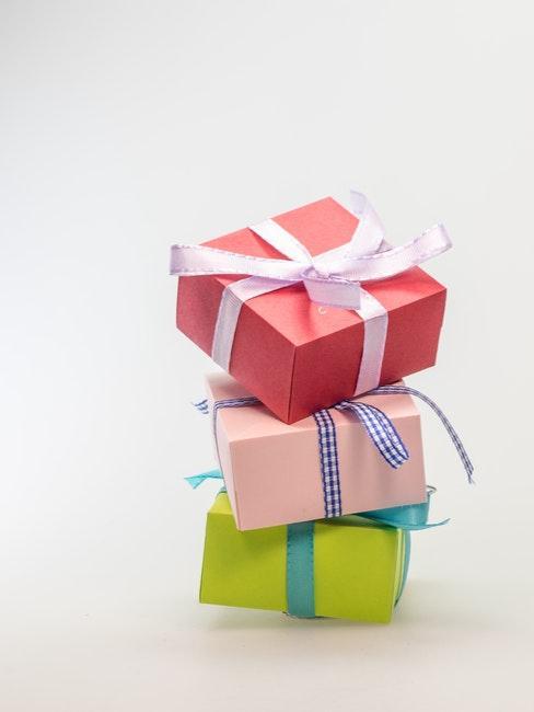 trois cadeaux emballés
