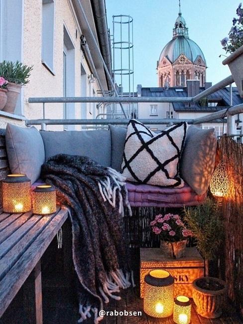 meubles de jardin en palettes sur balcon en ville