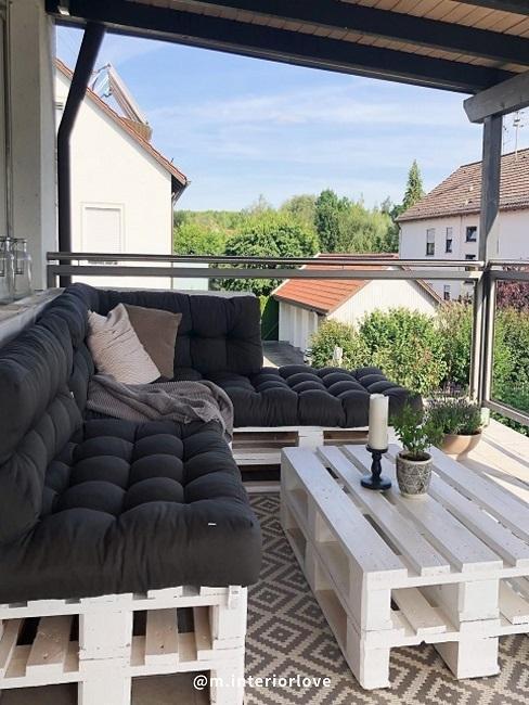 table basse en palettes sur balcon