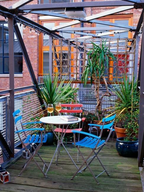 balcon style industriel avec mobilier peint et plantes