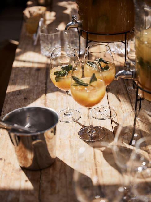 bar de balcon - table avec cocktails et seau à glace