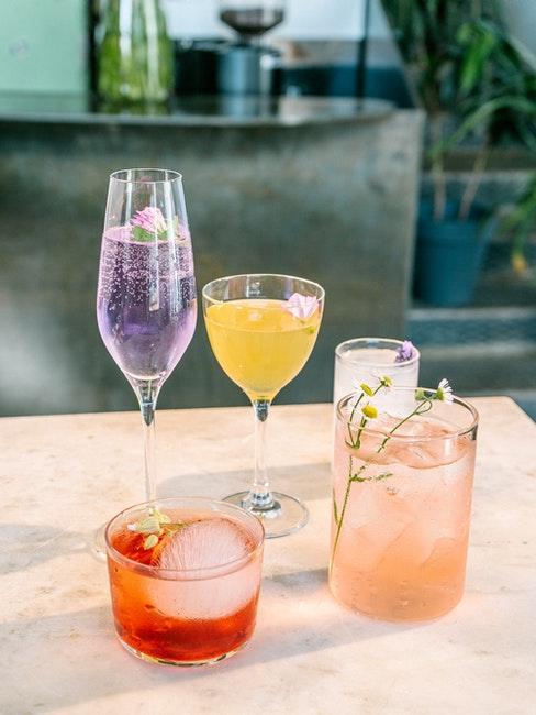 Table à l'extérieur avec cinq verres à cocktail différents