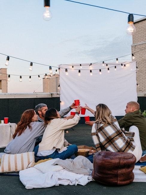 toit-terrasse et cinéma en plein air, guirlandes lumineuses