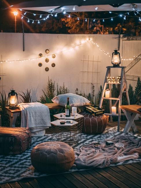 salon de jardin sur terrasse, pouf, décoration ethnique, guirlande lumineuse