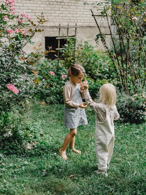 deux petites filles jouant dans un jardin de style anglais