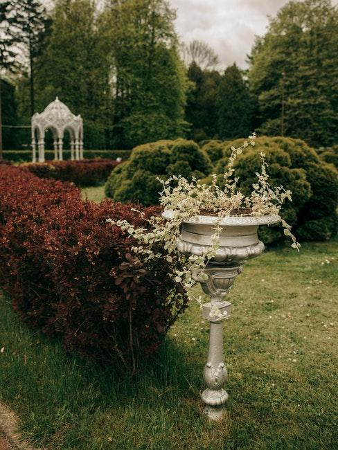 jardin anglais avec éléments de décoration, statues vintage