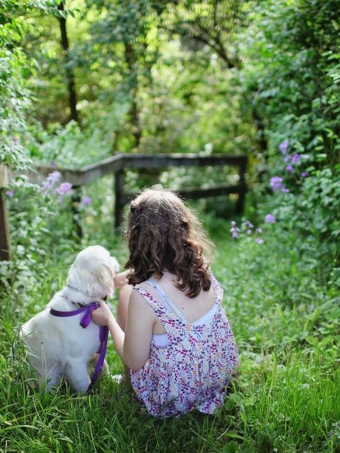 petite fille avec son chien dans le jardin