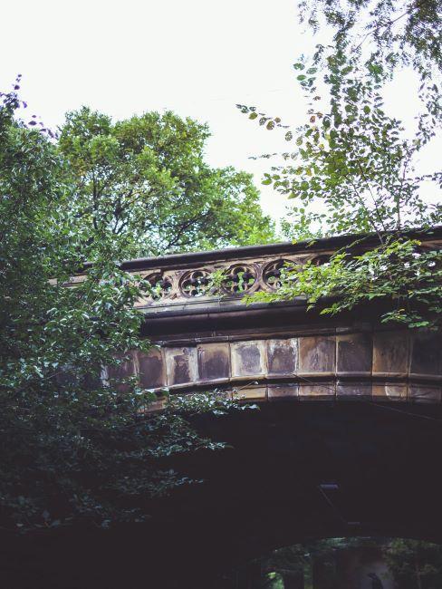point ancien dans un parc