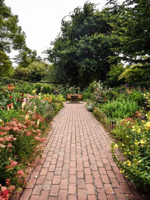 jardin anglais fleuri avec petite allée