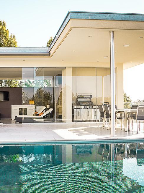 pour house vitrée avec cuisine et piscine