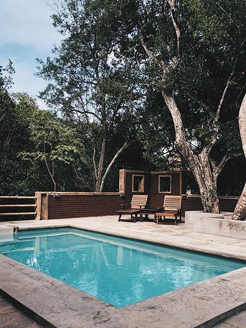 terrasse piscine avec deux transats