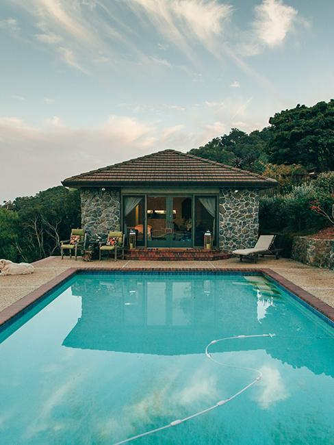 pool house en pierre avec piscine