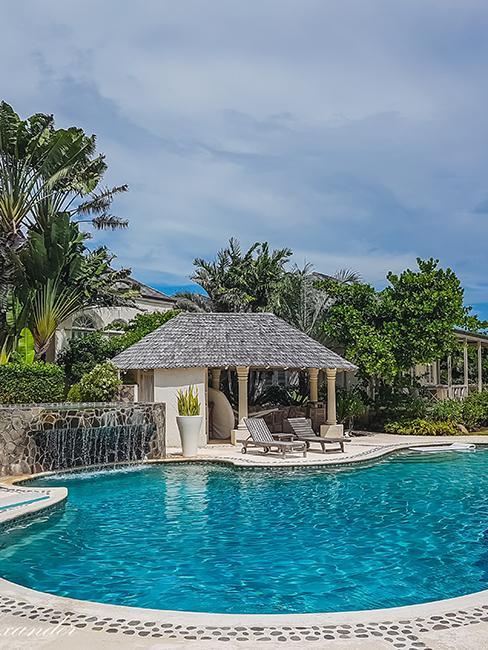pool house ouverte avec transat et piscine