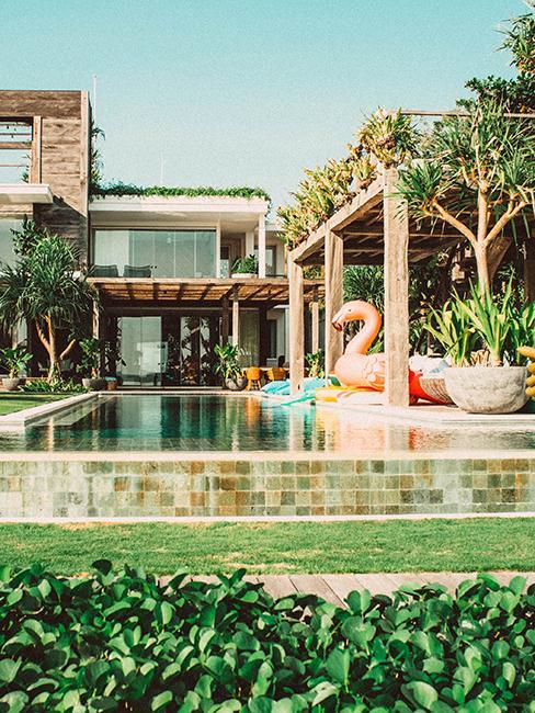 pool house avec bouée en forme de flamand rose et piscine