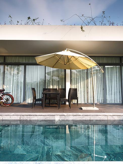 piscine avec terrasse et parasol