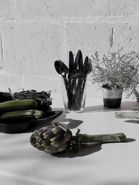 cuisine extérieure avec un artichaud posé sur un plan de travail
