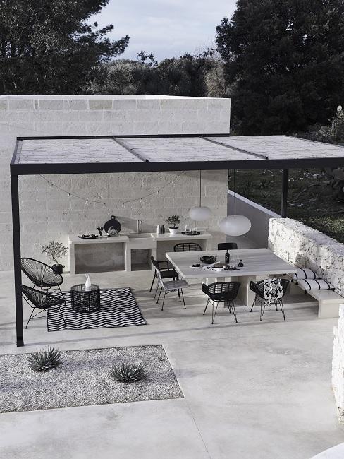 cuisine extérieure sous pergolas avec salon de jardin mderne noir et blanc