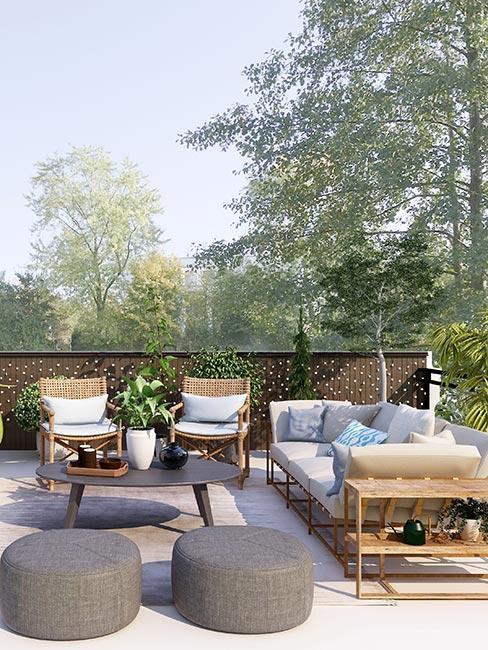 toit-terrasse avec deux poufs ronds, et salon de jardin en bois