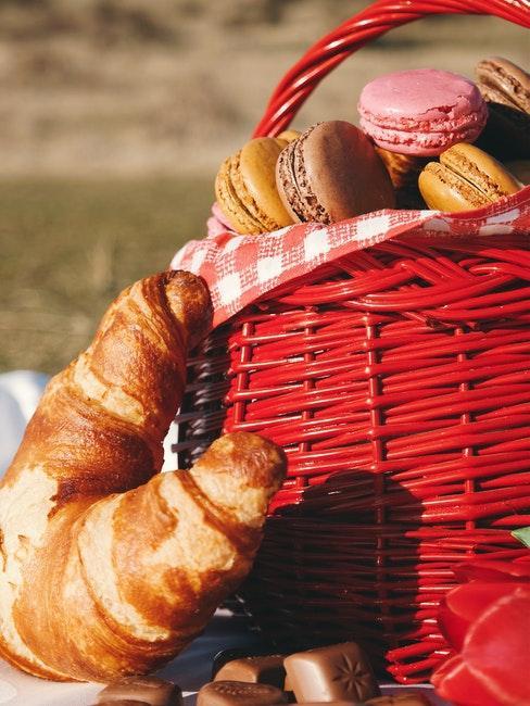 croissant et macarons dans un panier rouge
