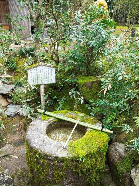 puits zen ancien dans un jardin japonais