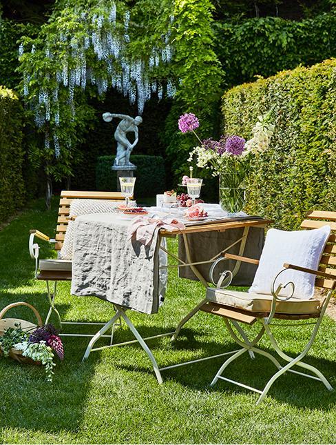 Jardin anglais avec table et chaises en bois