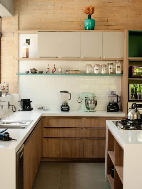 cuisine en bois moderne avec carrelage métro blanc