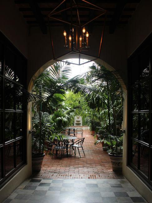 portail dans un jardin zen