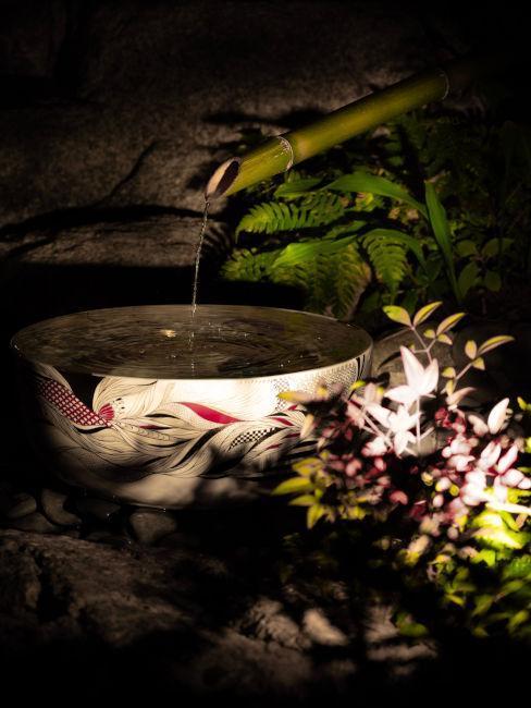 fontaine extérieure dans un jardin zen