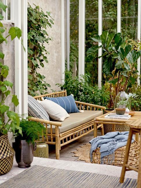 terrasse zen, ethnique avec mobilier en bambou et plantes grimpantes