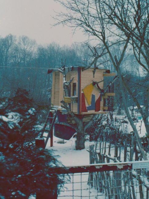 cabane dans les arbres moderne dans un jardin en hiver