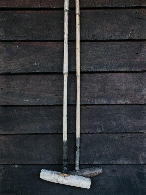 façade en bois et outils de jardinage